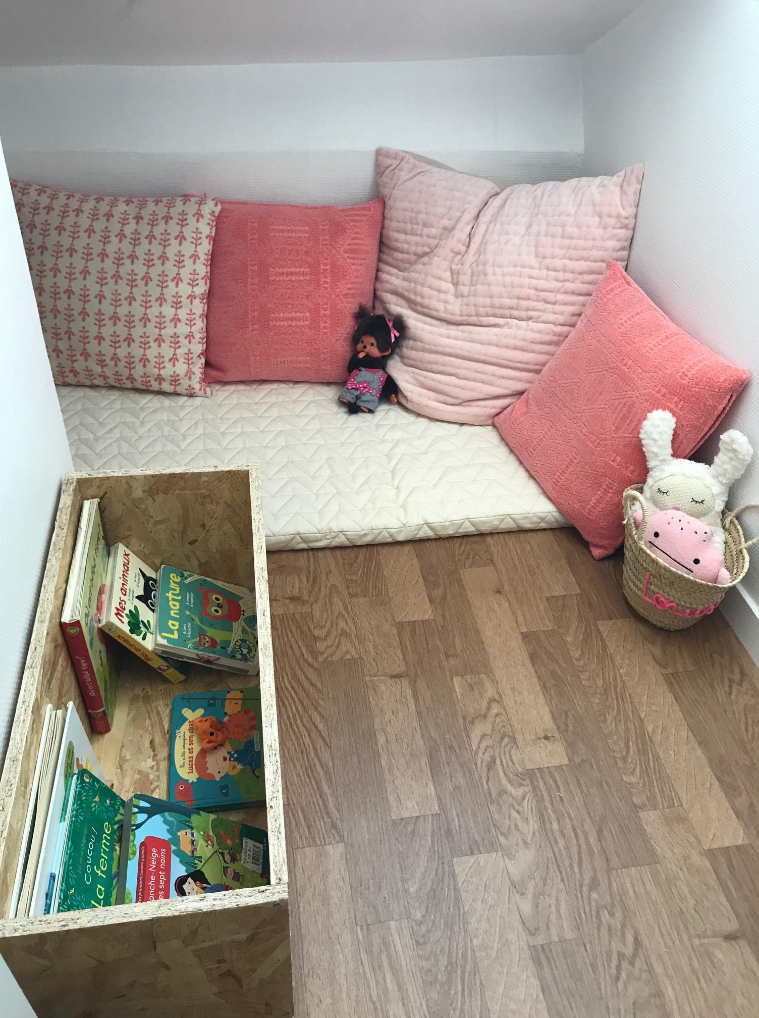 coin lecture chambre fille coin lecture chambre enfant livres rangements affiches jouets en. Black Bedroom Furniture Sets. Home Design Ideas